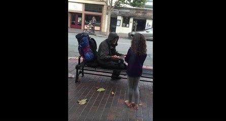 Le joli geste d'une fillette qui donne son repas à un SDF