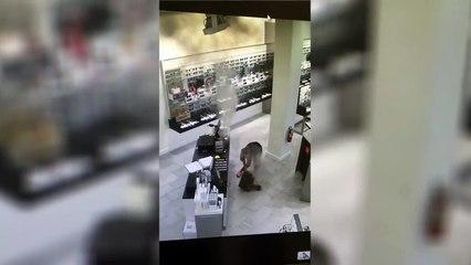 Impressionnante explosion dans le sac à main de cette femme