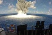 La marine américaine teste son nouveau navire en envoyant des explosifs à proximité.