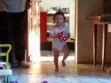 Laure joue au ballon 14 mois