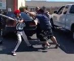 Quand un fils aide son père pendant une bagarre !