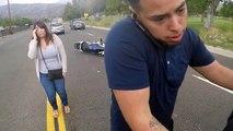 Un motard fait une énorme chute mais regardez ce qu'il avait dans son pantalon...
