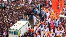 Une foule incroyable laisse passer une ambulance !