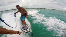 Adrénaline - tous sports : Il fait du wakesurf avec un dauphin