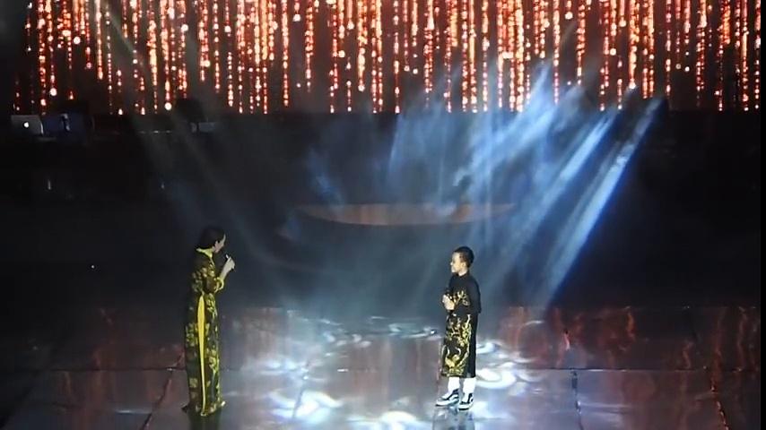 Hồ Văn Cường ngọt ngào trình diễn 'Bà Năm' cùng mẹ Phi Nhung tại show diễn đầu tiên