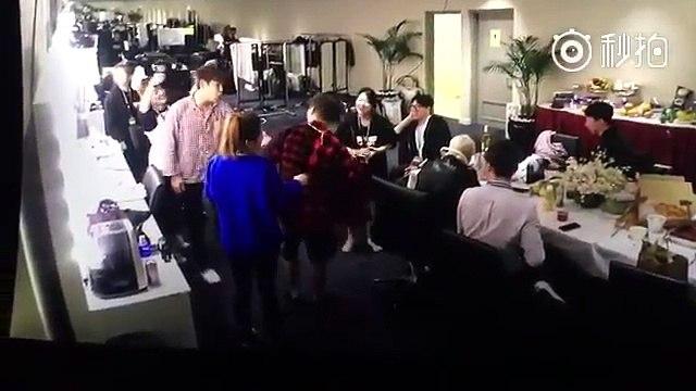"""Khoảnh khắc T.O.P """"bán khỏa thân"""" khiến fan thích thú"""