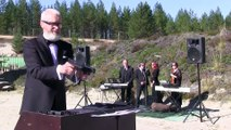 Jouer de la musique classique avec 2 revolvers et un violon