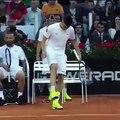 Shaaraoui jongle avec une balle de Tennis