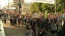 Miles protestan en Bruselas contra tratados con EEUU y Canadá
