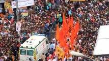 Immense mouvement de foule pour faire passer une ambulance !