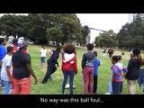 Ce joueur de Foot US frappe dans un ballon de foot en mode bestial