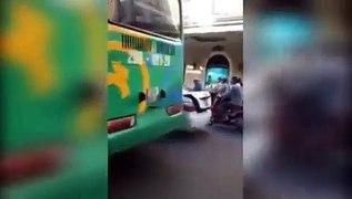 3 cô gái quây đánh tài xế taxi giữa trun