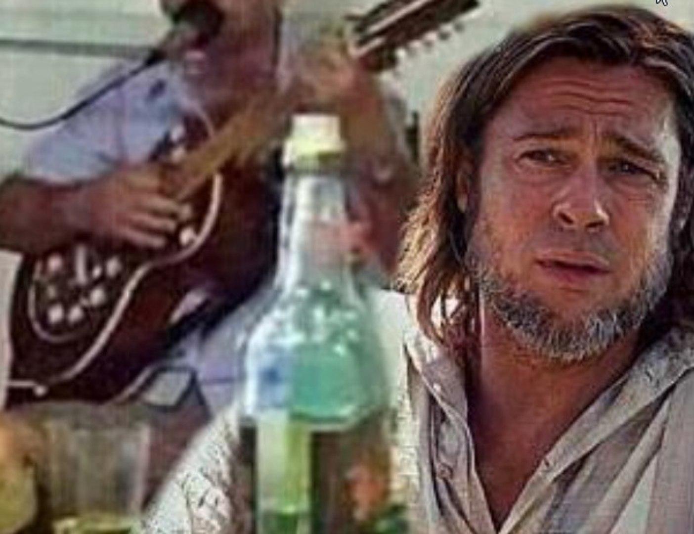 Arrasado com a separação de Angelina Jolie, Brad Pitt é visto em boteco enchendo a cara de cachaça