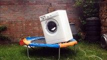 Machine à laver + briques + trampoline = gros moment de délire!
