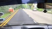 Ce gars roule à 70 kmh avec son petit scooter électrique en pleine route... Dingue