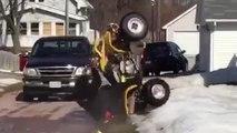 Ce mec tente un wheelie en quad..