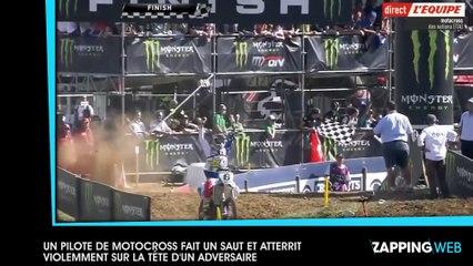 Un pilote de motocross prend un saut et atterrit sur la tête d'un adversaire (vidéo)