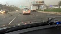 Un automobiliste pris dans une tornade à un feu rouge! Impressionnant