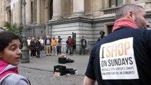 Deux inconnus se joignent à un artiste de rue reggae à Bruxelles