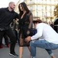 Un homme essaye d'embrasser les fesses de Kim Kardashian à Paris