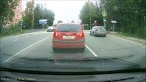 Camion VS mini voiture.... Le routier voit meme pas qu'il traine une voiture