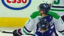 Deux hockeyeurs font un Hockey sur glace pierre/feuille/ciseaux pour avoir le droit de sortir de la glace en dernier