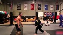 Voici un bodybuilder qui regrettera d'avoir défier des ceintures noires de Ju-jitsu brésilien