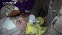 Bombe sulla Siria, ancora morti ad Aleppo e Idlib. Salvato un neonato di un mese