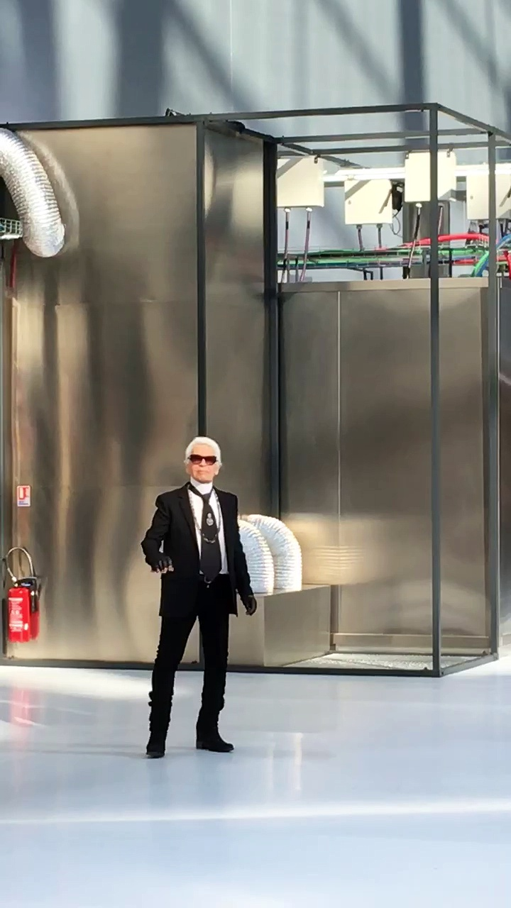 Karl Lagerfeld takes his bow at the end of the Chanel show #chanel @chanelofficial #SS17 #pfw