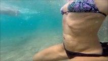La peau d'une femme dans l'eau filmée en Slow motion