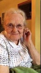 Une grand-mère écoute une chanson qu'elle a écrite