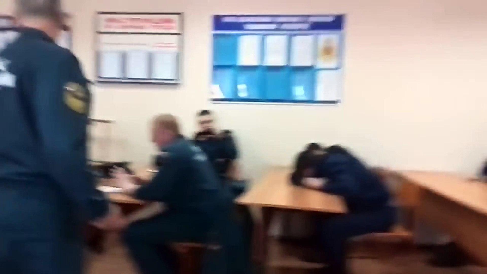 Pendant qu'un pompier dort en plein cours, il se fait piéger par son prof... Sa réaction vous f