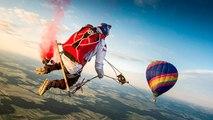 Des parachutistes font de la balançoire dans les airs