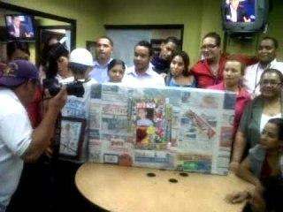 Luis recibe regalo de EPASA