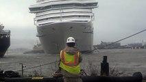 Un énorme paquebot se détache et fonce dans un bateau