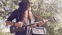 Il joue sur une pelle transformée en guitare à 3 cordes