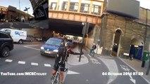 Un cycliste se fait couper la route par un autre et se prend une grosse gamelle