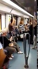 Un papy demande à sa femme de danser pendant qu'un artiste chante dans le métro Barcelone