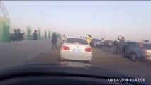 Des dizaines d'automobilistes  s'arrêtent au milieu de l'autoroute pour filmer un OVNI