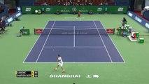 Novak Djokovic passe ses nerfs sur sa raquette et son polo