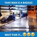 Il force son braqueur à laver la voiture