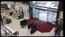 Un homme fait tomber des écrans plats dans un magasin !