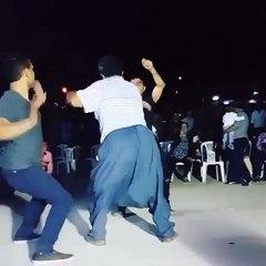 çılgınca dans eden dayılar