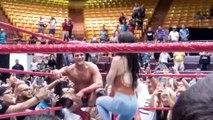 Elle demande en mariage son mari catcheur sur le ring en plein match