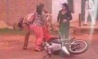 Une maman et son bébé ont un accident en moto !