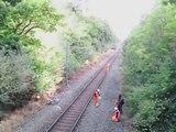 Cet employé héroïque sauve un cycliste bourré coincé sur la voie ferrée !