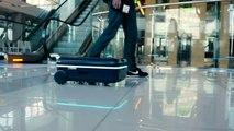 La valise qui roule aux cotés de son propriétaire