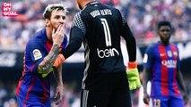 Neymar et Suarez reçoivent une bouteille lors de Valence - Barcelone