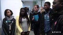 Des collégiens parisiens devant les oeuvres du Fonds Municipal d'Art Contemporain