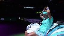 Svetlana Kuznetsova se coupe les cheveux en plein match de tennis !